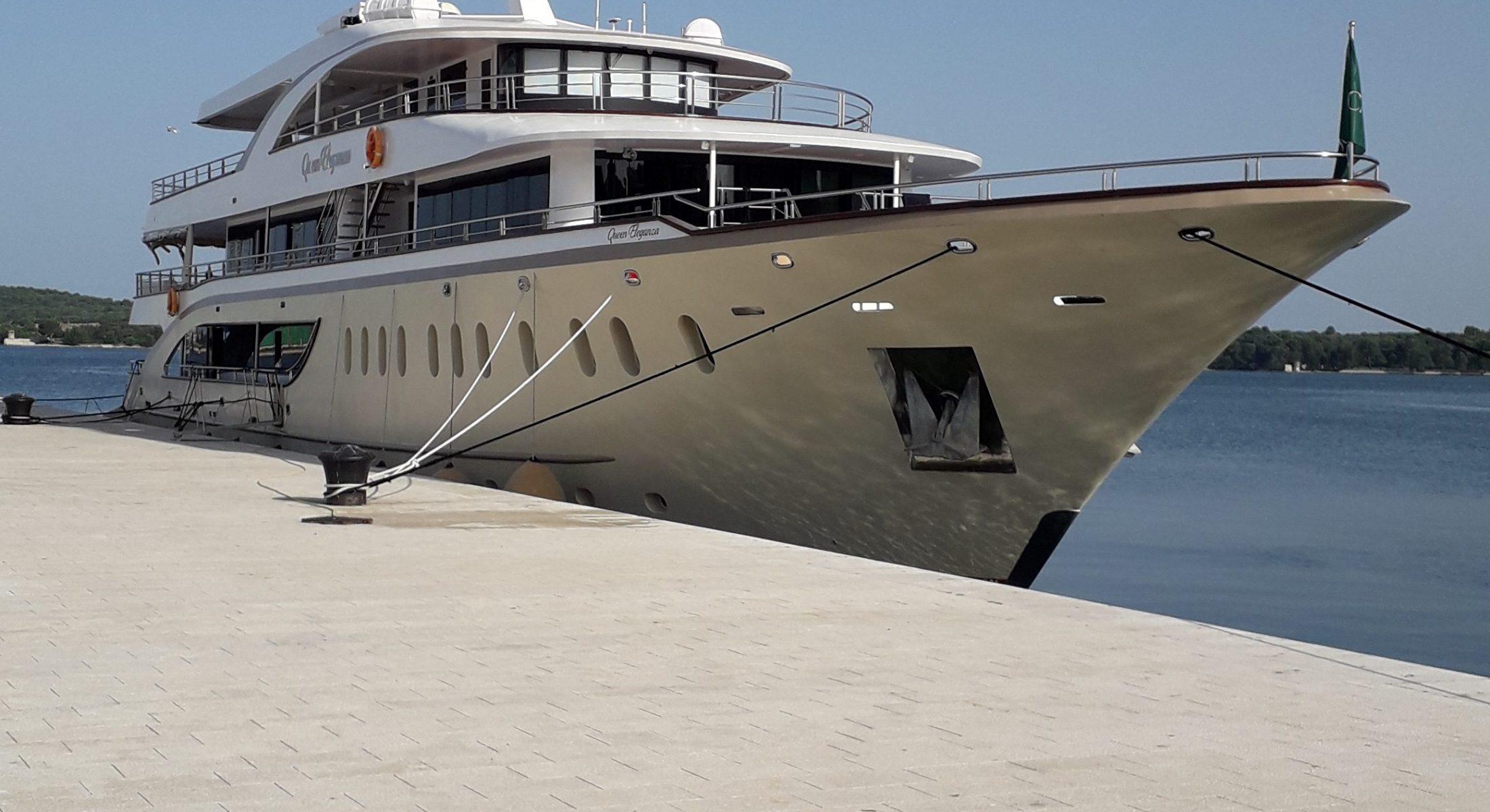 Jahta Queen na obali u luci Pula